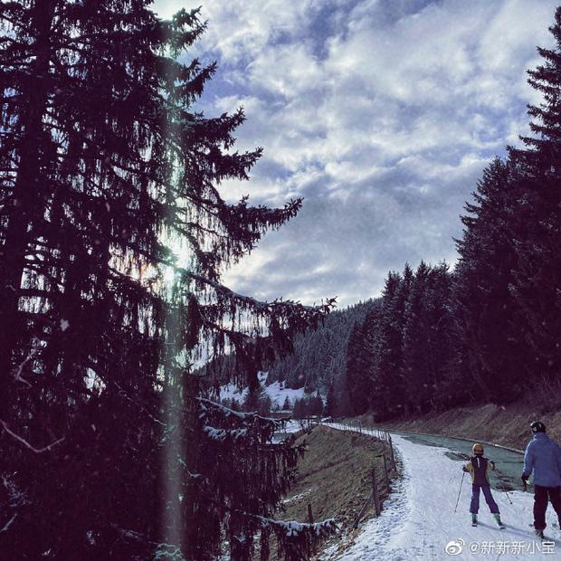 Con trai Triệu Vy khoe ảnh gia đình đi trượt tuyết, để lộ chi tiết làm dấy nghi vấn cha mẹ đã ly hôn-4