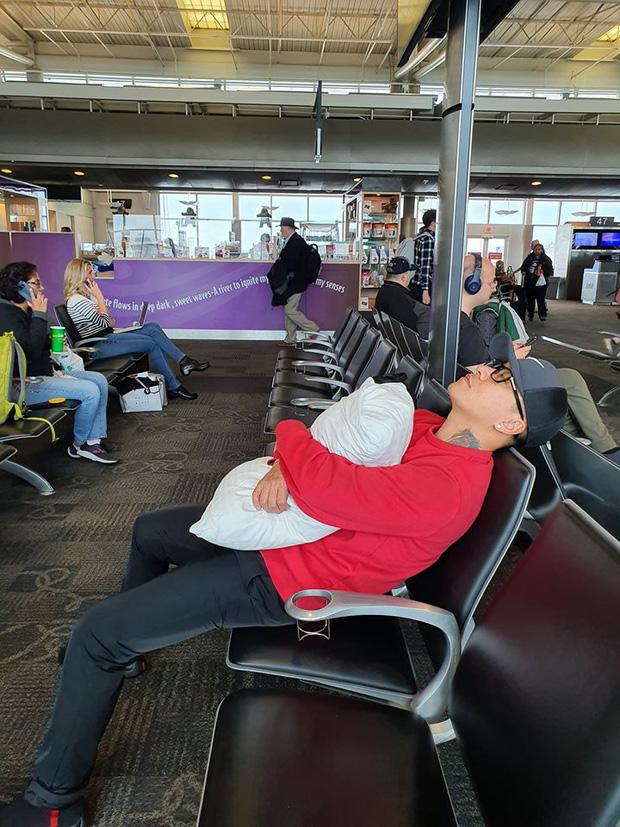 Bị chỉ trích dáng ngủ tại sân bay, Tuấn Hưng gay gắt phản pháo: Đã đi nước ngoài hay đi Mỹ chưa?-2