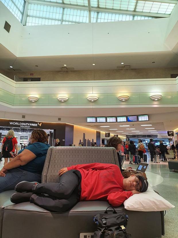 Bị chỉ trích dáng ngủ tại sân bay, Tuấn Hưng gay gắt phản pháo: Đã đi nước ngoài hay đi Mỹ chưa?-3