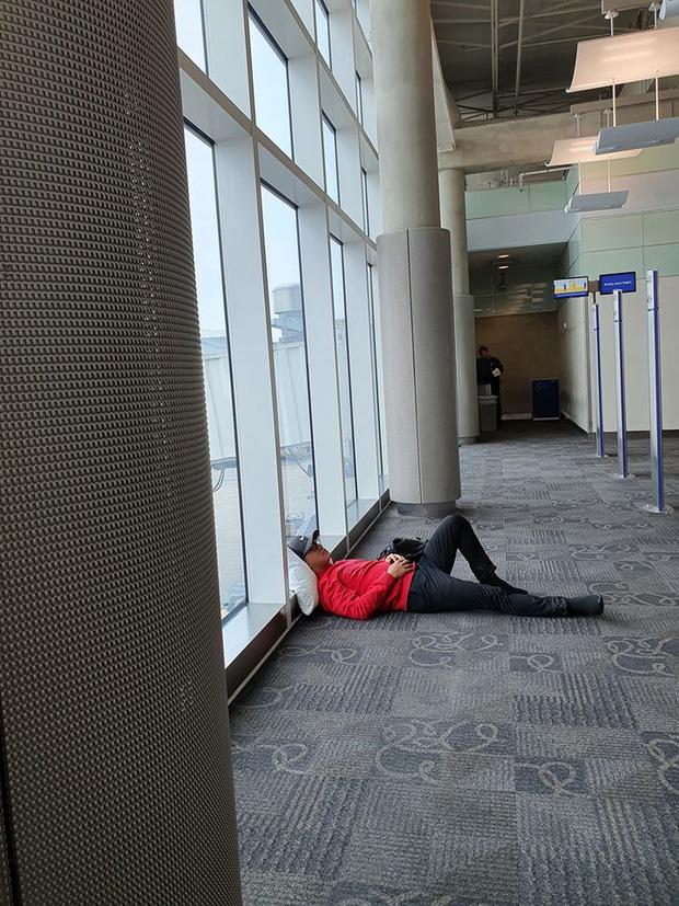 Bị chỉ trích dáng ngủ tại sân bay, Tuấn Hưng gay gắt phản pháo: Đã đi nước ngoài hay đi Mỹ chưa?-4