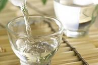 Đặt rượu trong nhà vệ sinh giúp khử mùi nhanh trong 1 nốt nhạc, thần kì hơn sáp thơm