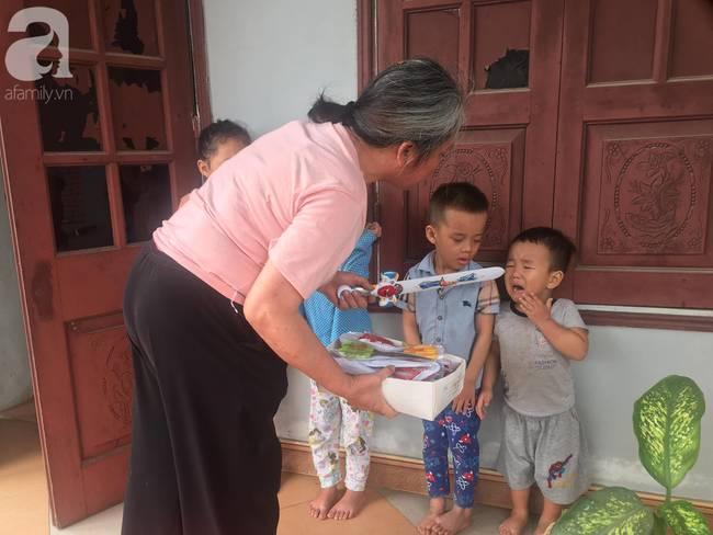 4 đứa cháu nghỉ học ở nhà quậy banh nóc, bà đành mang bạch kiếm ra dọa khiến tất cả co rúm nhưng ai nhìn cũng buồn cười-3
