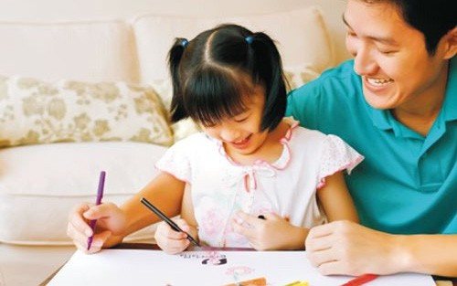 Bị con gái 4 tuổi bắt gặp cảnh bố mẹ đang mặn nồng, người cha phản ứng thông minh giúp con hết tò mò thắc mắc-2