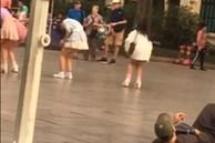 Người đàn ông nằm hẳn xuống đất quay video nhìn trộm nhóm nhảy nữ ở đường phố khiến dân mạng tranh cãi dữ dội