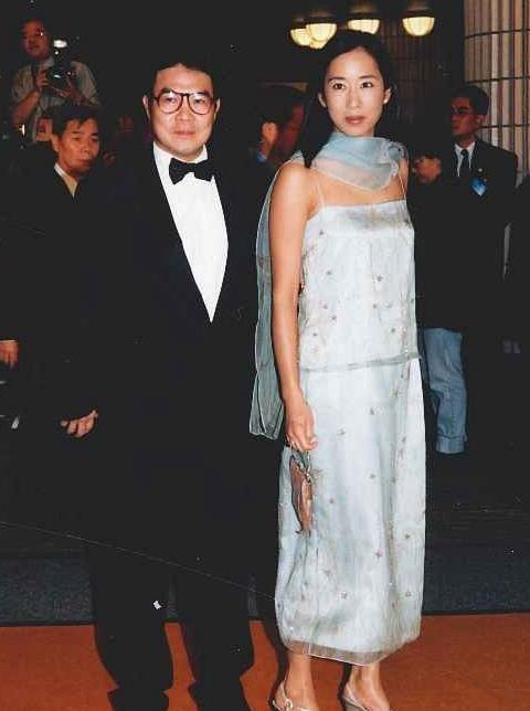 Hoa hậu Hong Kong: Bỏ tỷ phú chung sống 27 năm, tái hôn ở tuổi 50 vẫn được chồng mới cho gần 60 nghìn tỷ-6
