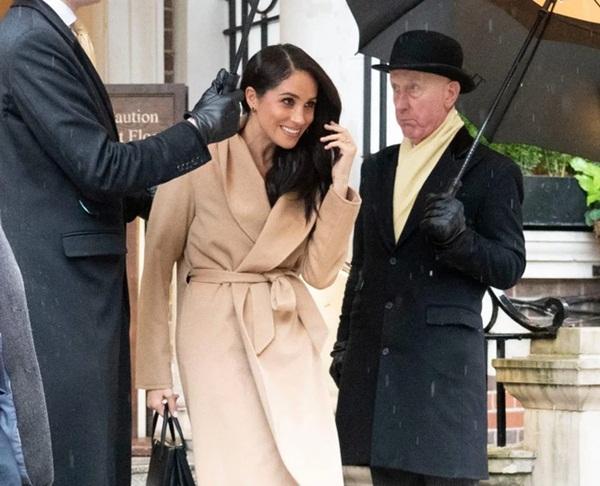 Meghan Markle chính thức lộ diện ở Anh với hình ảnh hoàn toàn khác biệt, bắt đầu thực hiện những nhiệm vụ hoàng gia cuối cùng-2
