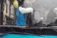Nam thanh niên lao lên xe buýt, chốt cửa đánh tài xế giữa tiếng hô hoán hoảng hốt của người dân