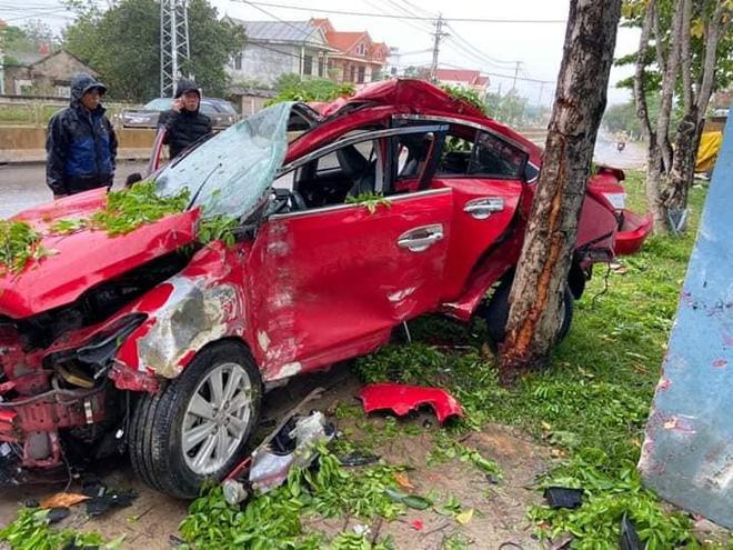 CLIP: Khoảnh khắc ô tô văng mạnh vào gốc cây, nát bét, tài xế tử vong-1