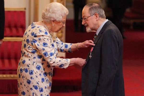 Giữa lúc dịch bệnh Covid-19 lan rộng, lần đầu tiên trong vòng 60 năm, Nữ hoàng Anh đeo găng tay trong buổi lễ trao tặng huân chương-1