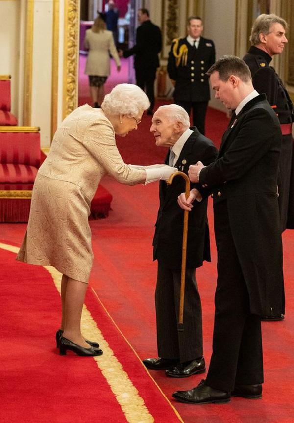 Giữa lúc dịch bệnh Covid-19 lan rộng, lần đầu tiên trong vòng 60 năm, Nữ hoàng Anh đeo găng tay trong buổi lễ trao tặng huân chương-2
