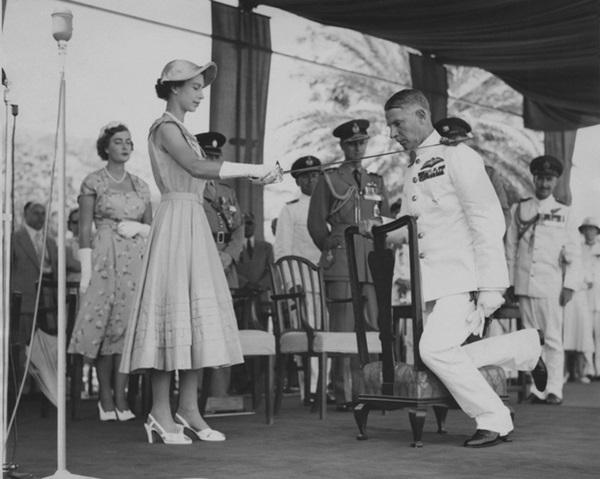 Giữa lúc dịch bệnh Covid-19 lan rộng, lần đầu tiên trong vòng 60 năm, Nữ hoàng Anh đeo găng tay trong buổi lễ trao tặng huân chương-3