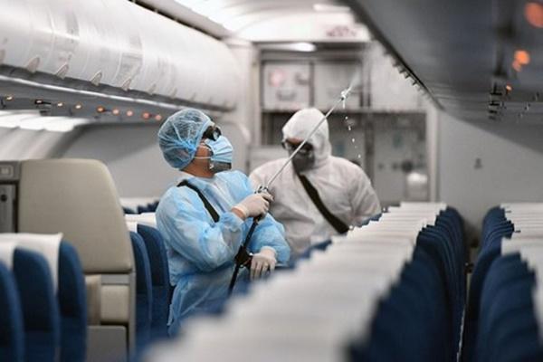 Bác sĩ nói gì về đi chung máy bay với người nhiễm Covid – 19?-1