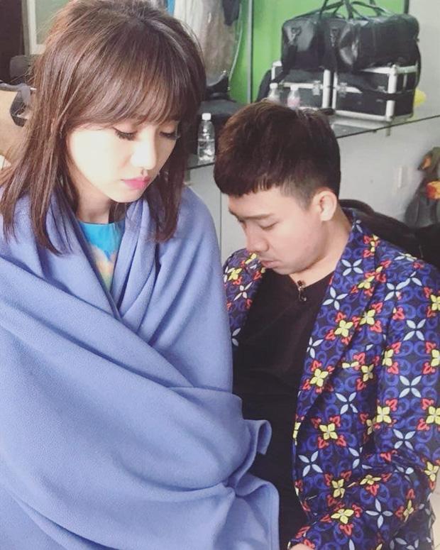 Trấn Thành - Hari Won bị chụp lén sau cánh gà, fan chẳng khen tình tứ mà xót xa vì thương đôi vợ chồng-2