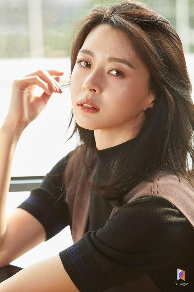 Nữ phụ xinh đẹp của Itaewon Class vừa khiến MXH dậy sóng nhờ cả loạt hình tuổi thơ khoe nhan sắc đỉnh cao từ thời tấm bé.-9
