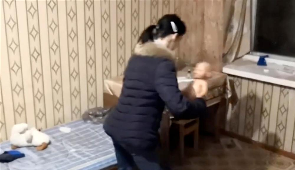 Bé 2 tuổi làm rơi vụn bánh ra sàn, mẹ tức giận nhét cả miếng bánh mì vào miệng khiến con chết ngạt, video dựng lại hiện trường gây phẫn nộ-1