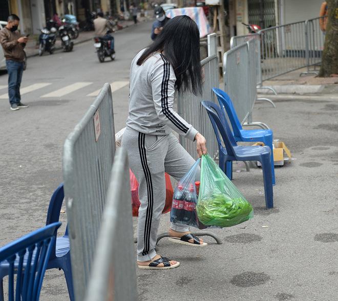 Người dân sống trong khu cách ly trên phố Trúc Bạch mang xe đẩy nhận nhu yếu phẩm-3
