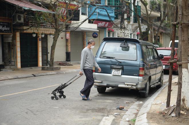 Người dân sống trong khu cách ly trên phố Trúc Bạch mang xe đẩy nhận nhu yếu phẩm-4