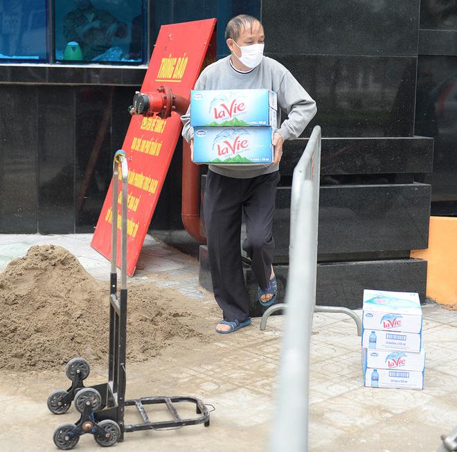 Người dân sống trong khu cách ly trên phố Trúc Bạch mang xe đẩy nhận nhu yếu phẩm-5