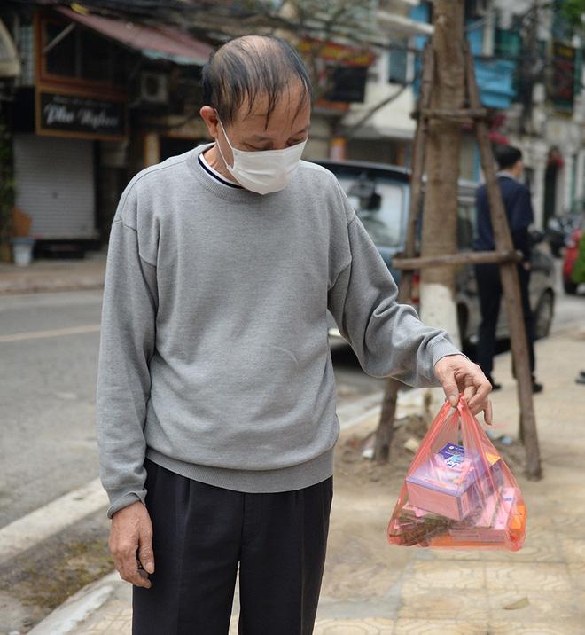 Người dân sống trong khu cách ly trên phố Trúc Bạch mang xe đẩy nhận nhu yếu phẩm-7