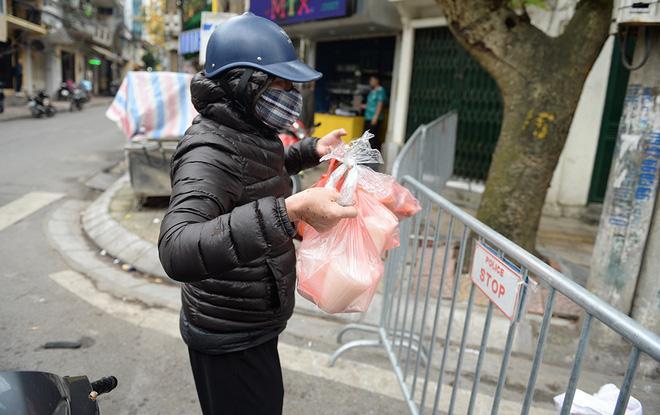 Người dân sống trong khu cách ly trên phố Trúc Bạch mang xe đẩy nhận nhu yếu phẩm-11
