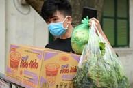 Người dân sống trong khu cách ly trên phố Trúc Bạch mang xe đẩy nhận nhu yếu phẩm