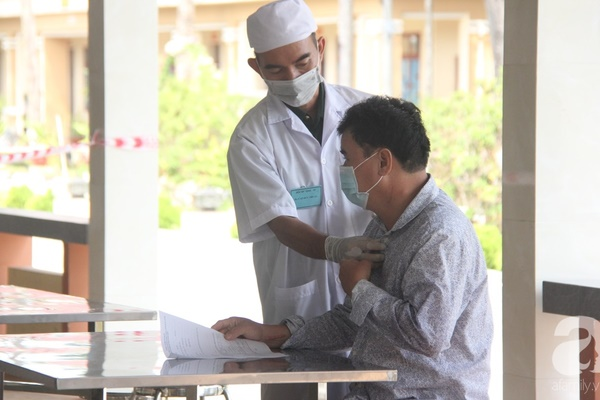 Một bác sĩ khám cho bệnh nhân nhiễm Covid-19 thứ 17 tại Việt Nam đang cách ly ở Khánh Hòa-1