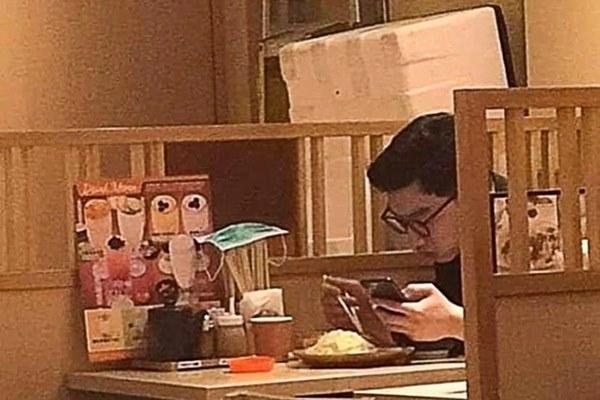 Bức ảnh người đàn ông vô tư úp khẩu trang đã sử dụng lên ống đũa gây phẫn nộ, nhà hàng Hong Kong lên tiếng-1