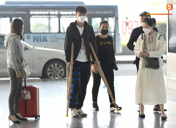 Quỳnh Anh tiễn Duy Mạnh sang Singapore khám chấn thương, gặp sự cố ngay khi vừa tới sân bay-1