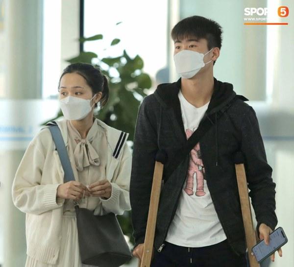 Quỳnh Anh tiễn Duy Mạnh sang Singapore khám chấn thương, gặp sự cố ngay khi vừa tới sân bay-2
