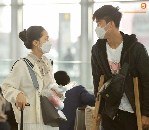 Quỳnh Anh tiễn Duy Mạnh sang Singapore khám chấn thương, gặp sự cố ngay khi vừa tới sân bay-3