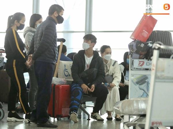 Quỳnh Anh tiễn Duy Mạnh sang Singapore khám chấn thương, gặp sự cố ngay khi vừa tới sân bay-4