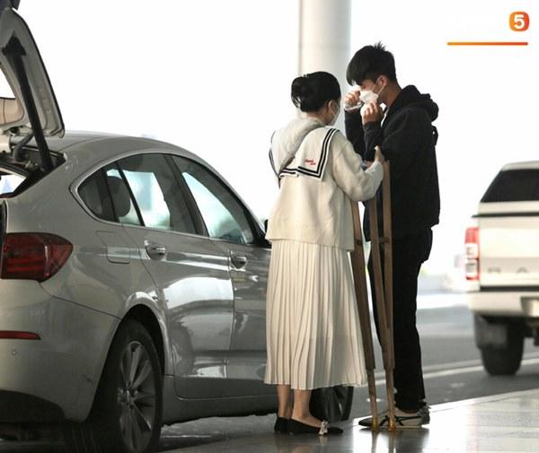 Quỳnh Anh tiễn Duy Mạnh sang Singapore khám chấn thương, gặp sự cố ngay khi vừa tới sân bay-5