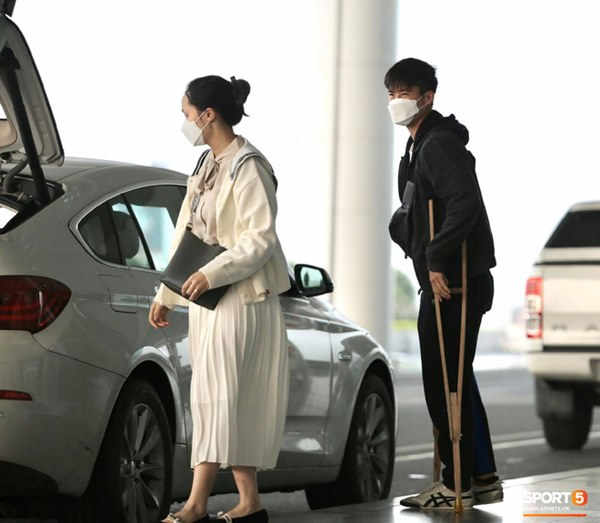 Quỳnh Anh tiễn Duy Mạnh sang Singapore khám chấn thương, gặp sự cố ngay khi vừa tới sân bay-6