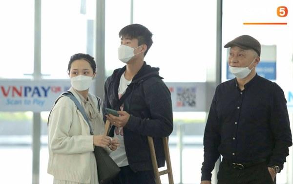 Quỳnh Anh tiễn Duy Mạnh sang Singapore khám chấn thương, gặp sự cố ngay khi vừa tới sân bay-7