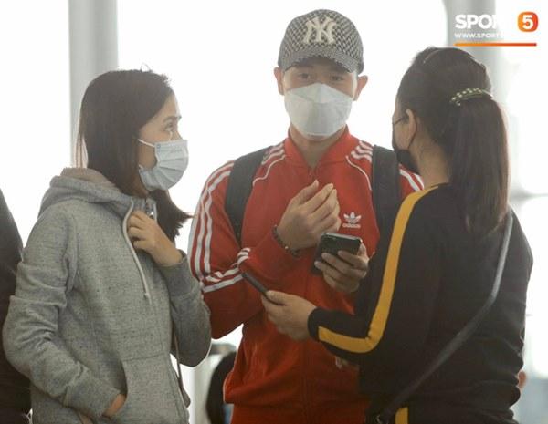 Quỳnh Anh tiễn Duy Mạnh sang Singapore khám chấn thương, gặp sự cố ngay khi vừa tới sân bay-8
