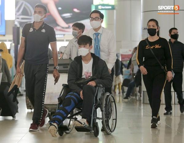 Mẹ Duy Mạnh bật khóc khi tiễn con trai đi nước ngoài phẫu thuật, Đình Trọng quay lại động viên-1