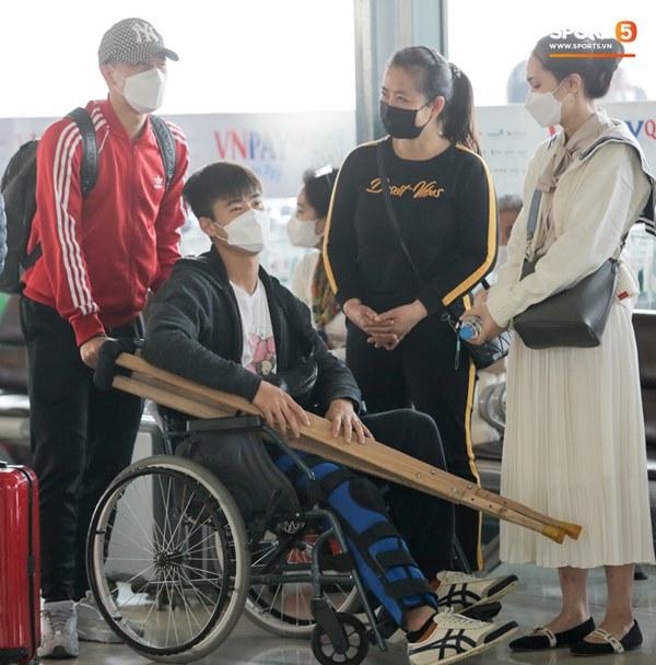 Mẹ Duy Mạnh bật khóc khi tiễn con trai đi nước ngoài phẫu thuật, Đình Trọng quay lại động viên-5