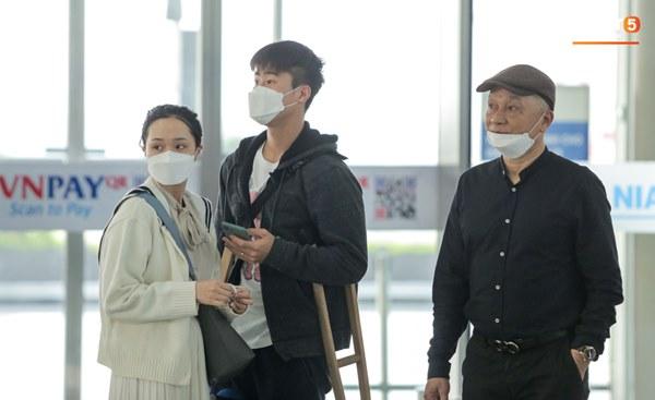 Mẹ Duy Mạnh bật khóc khi tiễn con trai đi nước ngoài phẫu thuật, Đình Trọng quay lại động viên-7