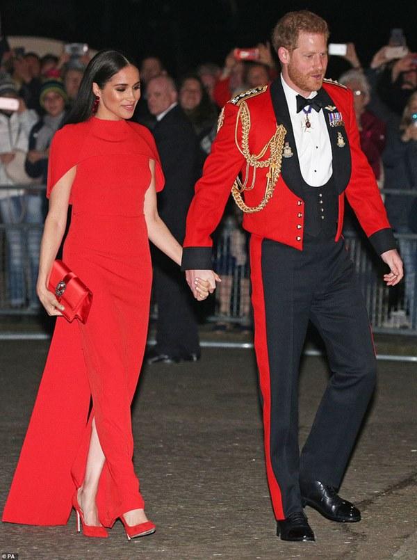 Meghan Markle tỏa sáng như nữ hoàng trong sự kiện mới nhất nhưng gương mặt buồn bã của Hoàng tử Harry mới đáng chú ý-1