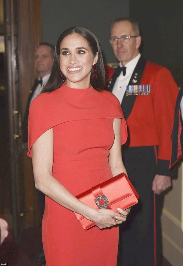 Meghan Markle tỏa sáng như nữ hoàng trong sự kiện mới nhất nhưng gương mặt buồn bã của Hoàng tử Harry mới đáng chú ý-2
