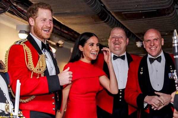 Meghan Markle tỏa sáng như nữ hoàng trong sự kiện mới nhất nhưng gương mặt buồn bã của Hoàng tử Harry mới đáng chú ý-4