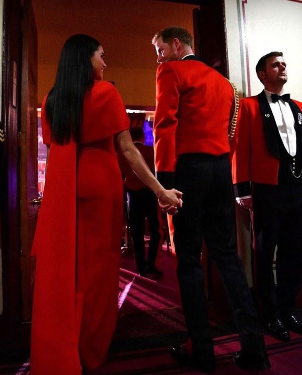 Meghan Markle tỏa sáng như nữ hoàng trong sự kiện mới nhất nhưng gương mặt buồn bã của Hoàng tử Harry mới đáng chú ý-6