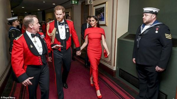 Meghan Markle tỏa sáng như nữ hoàng trong sự kiện mới nhất nhưng gương mặt buồn bã của Hoàng tử Harry mới đáng chú ý-5