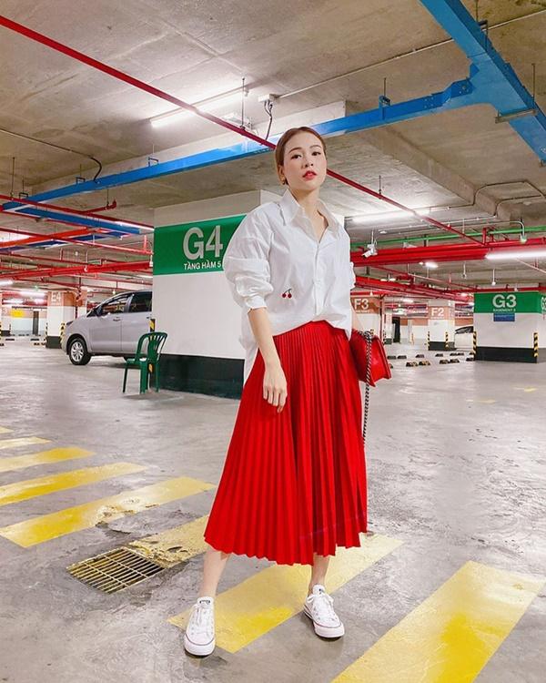 Mỹ nhân Việt chia làm 2 phe khi diện chân váy xếp ly: Bên rực rỡ sắc màu, bên thật dịu dàng mà không chói lóa-1