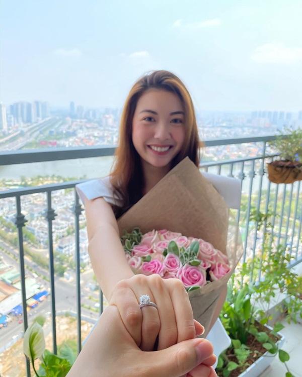 Á hậu Thúy Vân đã nhận lời cầu hôn của bạn trai, dàn sao Việt rần rần chúc mừng cô sắp lên xe hoa?-1