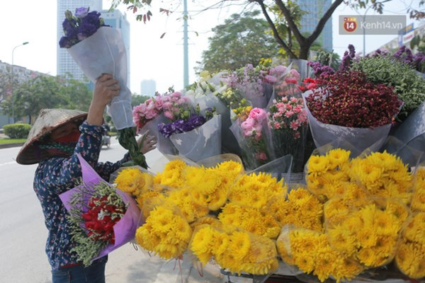 """Ảnh: Người dân ngại đi mua sắm vì Covid-19, chủ cửa hàng hoa tươi méo mặt"""" trong ngày 8/3-5"""