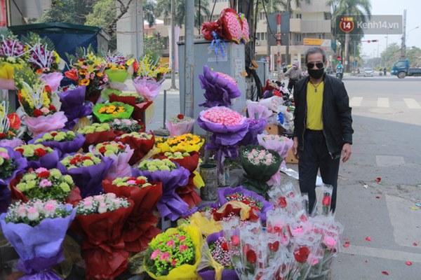 """Ảnh: Người dân ngại đi mua sắm vì Covid-19, chủ cửa hàng hoa tươi méo mặt"""" trong ngày 8/3-6"""