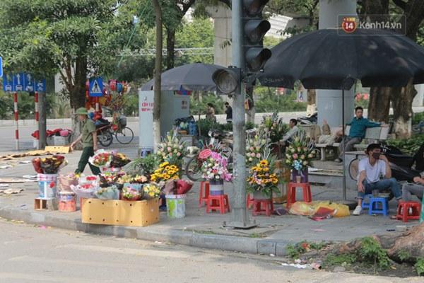"""Ảnh: Người dân ngại đi mua sắm vì Covid-19, chủ cửa hàng hoa tươi méo mặt"""" trong ngày 8/3-8"""