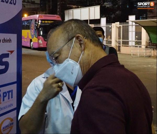 HLV Park Hang-seo hạn chế tiếp xúc, rửa tay liên tục khi đến sân Thống Nhất dự khán-4