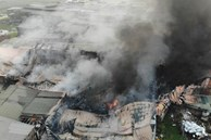 Hà Nội: Cháy xưởng nhựa hàng trăm mét vuông, khói đen bốc cao hàng chục mét